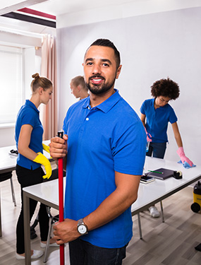 cleaner_smiling_with_mop